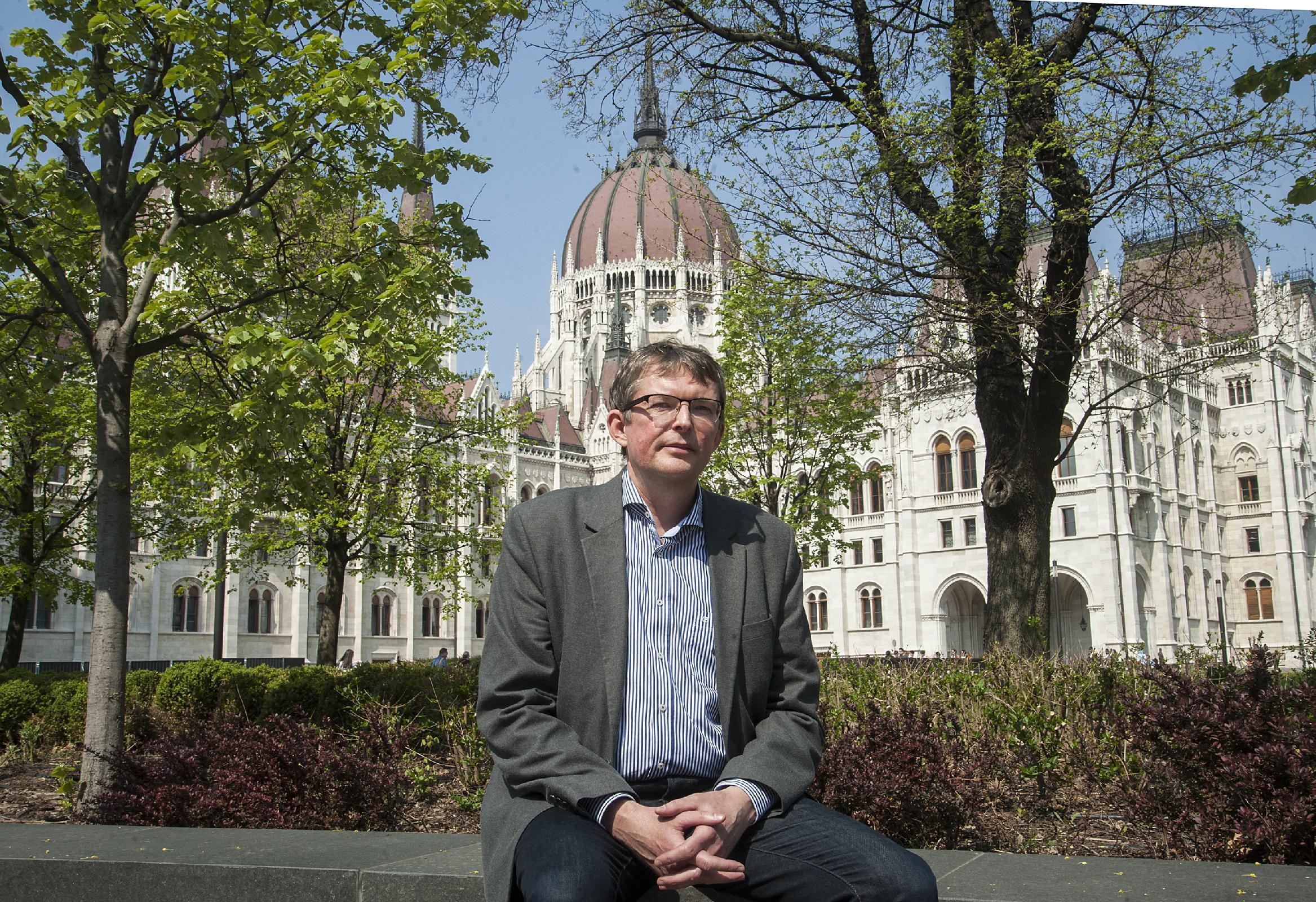 Szente Zoltán tudományos tanácsadó (MTA TK JTI), az MTA doktora, a parlamenti jog nemzetközileg is elismert kutatója. Alapkutatási tevékenysége magába foglalja a parlamentek nemzetközi összehasonlító elemzését, illetve a parlamentarizmus történetének kuta