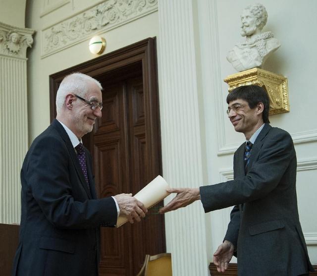 Tallián Tibor átveszi akadémikusi oklevelét Kertész Andrástól, az I. Nyelv- és Irodalomtudományok Osztálya elnökétől