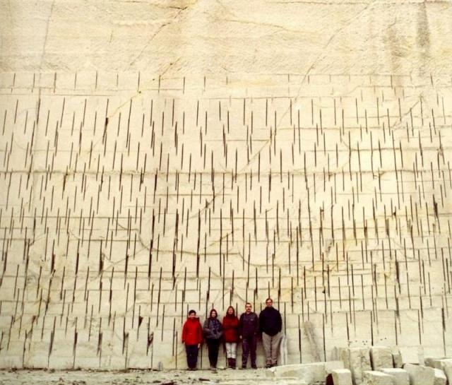 A Tar község (Északnyugat-Mátra) melletti felhagyott Fehérkő bánya ignimbrit fala, az egykori kőfejtés során használt vágókorong vágási nyomaival). A legalább 30 méter vastagságot elérő vulkáni képződmény a 14,9 millió éves Demjén ignimbrit kitörés során