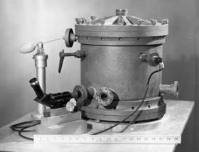 A Millikan által használt, olajcsepp-porlasztásos kísérleti berendezés