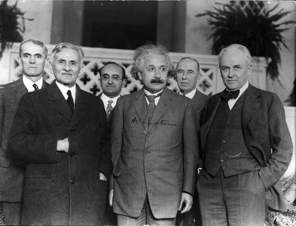 Robert A. Millikan (jobb szélen) fizikusok társaságában. Balról jobbra: Walter Sydney Adams, Albert Abraham Michelson, Walther Mayer, Albert Einstein és Max Farrand