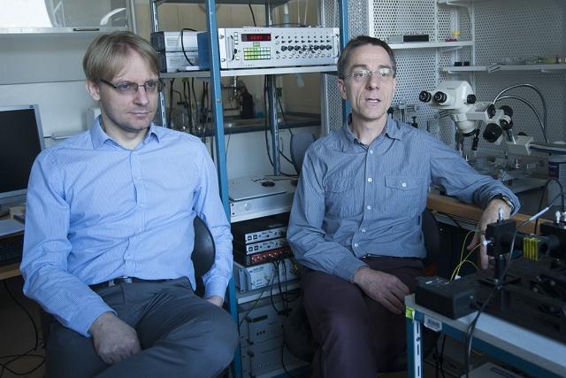 Mátyás Ferenc (balra) és Acsády László az MTA KOKI laboratóriumában