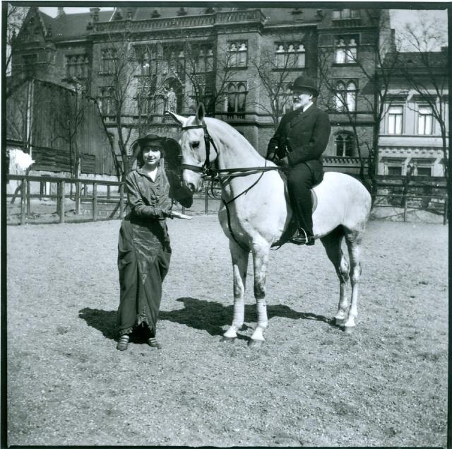 Eötvös Loránd Gruber Mici Róna nevű fehér lován ül a Szent István Társulat székháza előtt