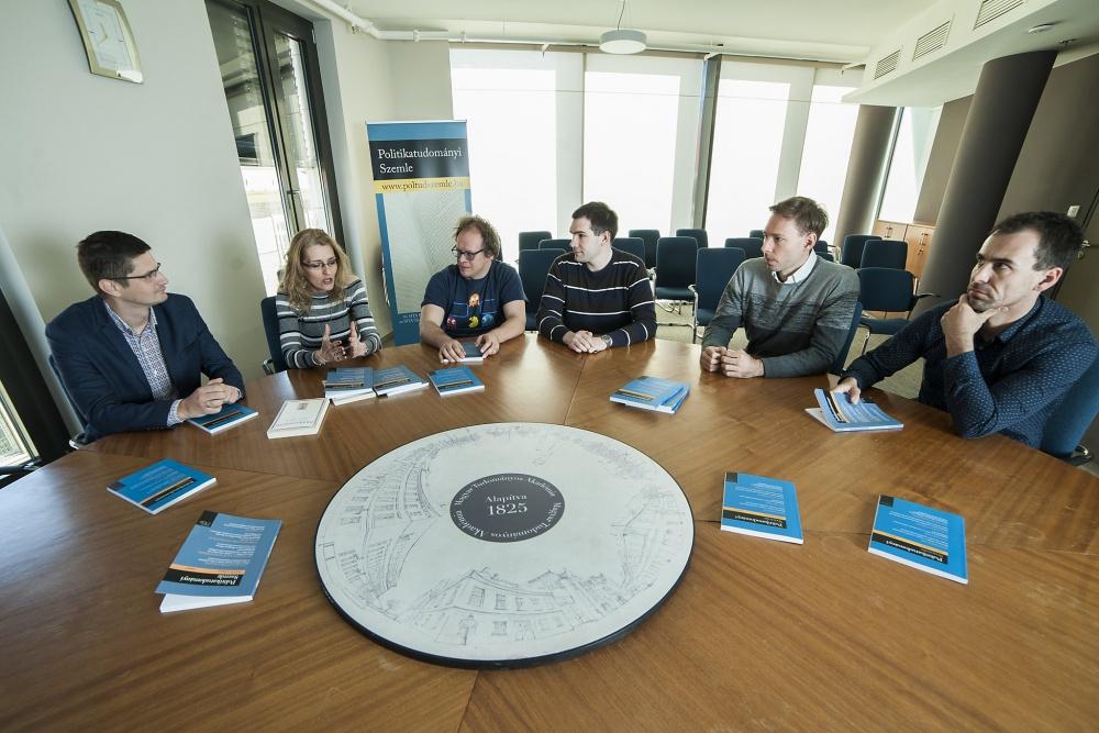 Képünkön a Politikatudományi Szemle főszerkesztője és az aktuális lapszámban megjelenő tanulmányok szerzői tartanak megbeszélést (balról jobbra): Bíró-Nagy András tudományos munkatárs, szakterülete az uniós tagság hatása a magyar politikára, Magyarország
